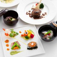 どの年齢層の方にもお楽しみいただける和洋折衷料理はオーセンティックな味と充実した内容です。