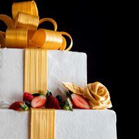 繊細な飴細工が美しいウエディングケーキ