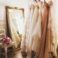 世界中からコレクションしたバリエーション豊富なウエディングドレスからおふたりの記念日にふさわしい一着を