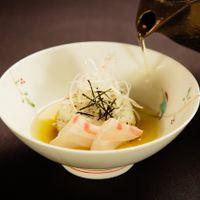 新鮮な真鯛の刺身を鰹節と昆布でとった一番出汁で優しい味わいのお茶漬け。日本らしいほっとする一品をお食事の最後にお召し上り頂きます。