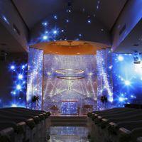 輝くチャペルが美しい神聖な場所で永遠の愛の誓いを