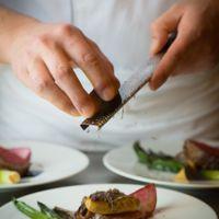 エンターテイメントを楽しむように五感で料理を味わえる、ゲストへのおもてなしのメニュー