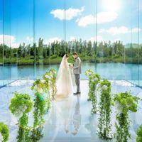 自然に囲まれた3面ガラス張りのリゾート空間