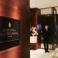 ホテルエントランスは、高級感溢れる落ち着いた雰囲気