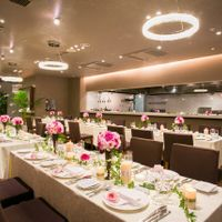 茶×ピンクの落ち着いたアットホームな披露宴会場 大人っぽくも、可愛らしくもおふたり次第