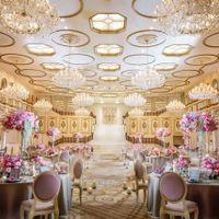2階まで吹き抜けの開放的な空間にシャンデリア…。訪れる花嫁の体温がおもわず2度上がる程、ラグジュアリーな会場へ足を運んで