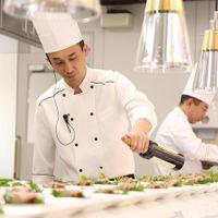 会場内のオープンキッチンでは、ゲストの目の前でお料理!