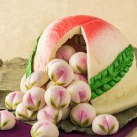 桃饅頭 中国では桃は邪気を払い「不老長寿」を与えるとして知られ、点心は祝い事では欠かせません。子孫繁栄・長寿の願いを込めて。 ケーキ入刀ならぬ桃まんじゅう入刀はいかがでしょうか。