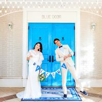 鮮やかなブルーのドアは人気のフォトスポット