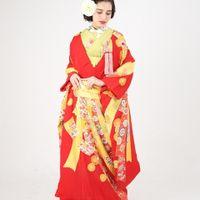 晴れの日の華やかで、喜びあふれる披露宴での花嫁をより美しく装う色打掛。 伝統技法である京友禅によって描かれた逸品。