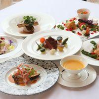 新潟県内の食材をメインに使用した婚礼料理。 結婚式当日は、料理長自らゲストの皆様へお料理のご案内を致します。