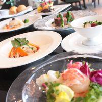 料金に関わらず、魚料理・肉料理を含めた完全フルコースにてご用意。 ホテルならではの洋食をお楽しみください。和食のコースもございます。