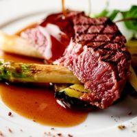 地元食材を贅沢に使ったシェフこだわりのコース料理。フランス料理をベースに和の要素を取入れることでコース料理のラストまで軽やかに。