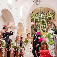 本格ゴシック様式のヴォールト天井の下、ロイヤルレッドのバージンロードを進む。祭壇奥に配された10枚のステンドグラスがふたりを静かに祝福する…憧れの正統派挙式が叶う大聖堂。