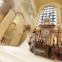 日本最大級の大聖堂 高さ10メートル、幅6メートルのステンドグラスから注ぐ聖なる光がふたりを優しく包み込む、感動の結婚式。