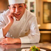 海外や有名ホテルでの経験を生かし、新郎新婦と打合せを重ねお二人の理想の料理を生み出す。料理長 西田 美臣
