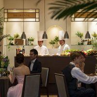 「オリエンタル邸」に併設された【オープンキッチン】は五感で楽しむお料理のひとつ 出来立てをサーブ致します