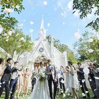 退場のシーンは、八事の森を背景に花びらと共におふたりへの温かい歓声が降り注ぐ、華やかなフラワーシャワーの祝福を。