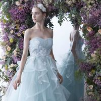 祝福にあふれた空間を華やかに彩るドレス。
