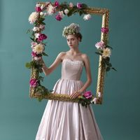 バラの柄行が浮かび上がるジャガードの上質な素材感、そこから生まれるドレープが一際美しいドレス。たっぷりと生地を使用したスカートは、花嫁様の動きに合わせて様々な表情をみせます。