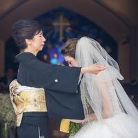 花嫁の身支度であるベールを下ろすことは、それまで愛情いっぱいに子育て されてきたお母様の最後の役目です。