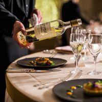 乾杯とお料理を引き立てる、最良のドリンク。 九州随一のソムリエ有資格者を誇る、当ホテルでは、世界中から厳選したワインを完備。