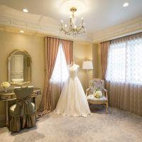 特別な日にふさわしいブライズルーム。アンティークのチェアやミラーで挙式の準備を。花嫁専用の化粧室も完備で安心。