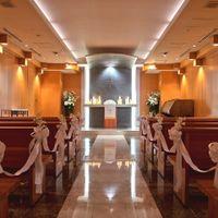 プラザチャペルは日本初のホテル館内挙式会場。木の温もりを感じながら親にも自慢できる挙式を実現します。