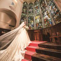 高さのある祭壇では、ドレスのロングトレーンが美しく映え、女性ゲストからため息が洩れる瞬間に。