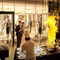 アプローズスクエア東京名物「シェフズバー」料理長の演出とともお料理でゲストを盛り上げる