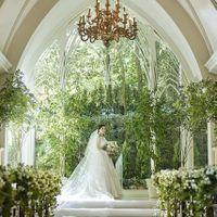 ドレス姿を美しく引き立てる緑の森。祭壇の両サイドの窓には明るく輝く緑が広がり、光に照らされた祭壇のふたりが映りこみます。