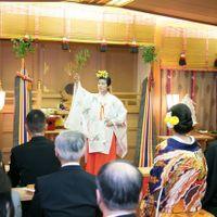 ホテル内神殿でのお式も本格的。雅楽の生演奏に、巫女さんの舞も省略することなく、しっかりと執り行います。