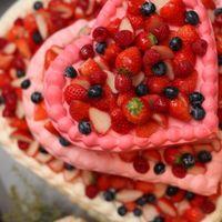 ハートのかわいいケーキも、フルーツをたくさん乗せて豪華に♪