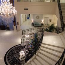ロビーのラセン階段も豪華