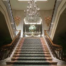 夕方になると大階段がライトアップ