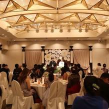 会場は天井が高くてライトも華やかでした。