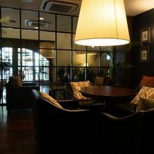 おしゃれなソファが並ぶ広々とした待合室