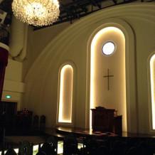 シャンデリアが印象的な教会。