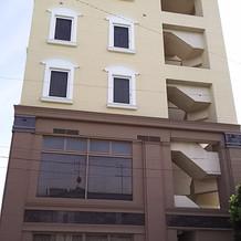 横から見た建物の外観