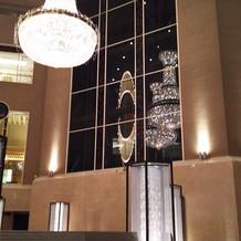 光るエレベーター