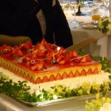 ウェディングケーキ 断面の苺がキレイ!