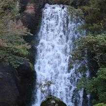 式場の中には大きな滝が流れています