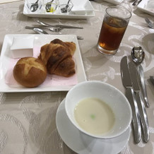 焼きたてのパンとスープで美味しい!