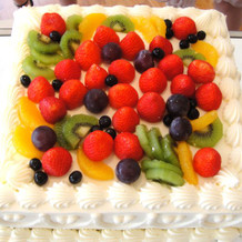 みんなで果物をのせて作ったケーキ