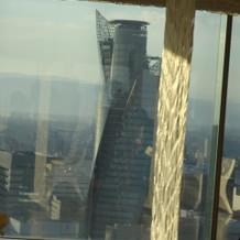 28階にあるスカイチャペルから見たビル