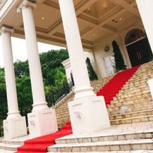 入り口目の前に大階段