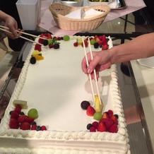 ケーキを飾りつけ