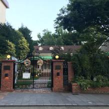 式場入口。入るとすぐにお庭です。