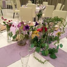 会場のテーブル、フラワーコーディネート