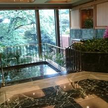 ホテル正面メイン階段